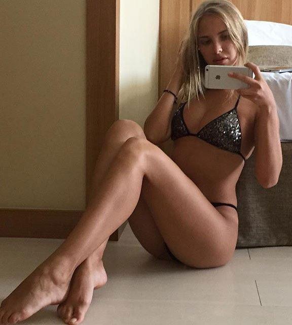 blonde en bikini tape la pose avec son iphone