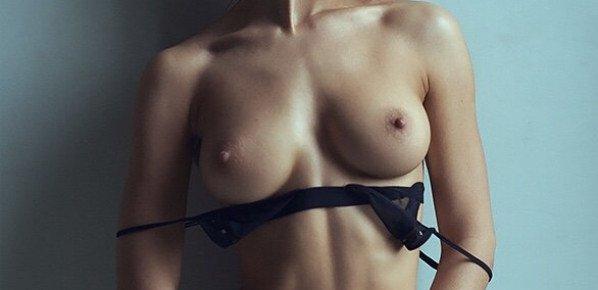 Jeune brunette sexy seins nus prête a élevé sa petite culotte