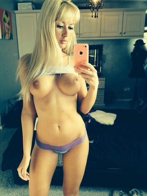 selfie-blonde-topless-en-petite-culotte