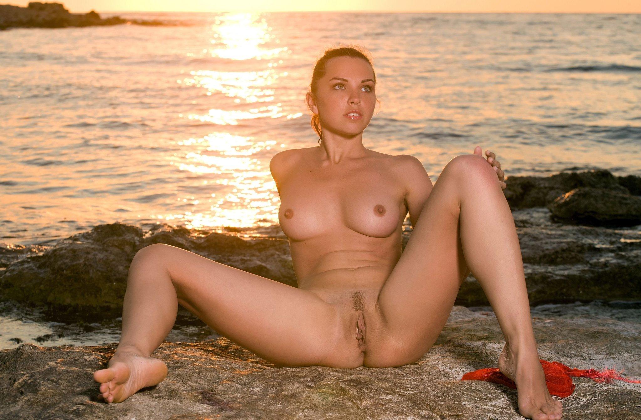 jeune femme nue a la plage