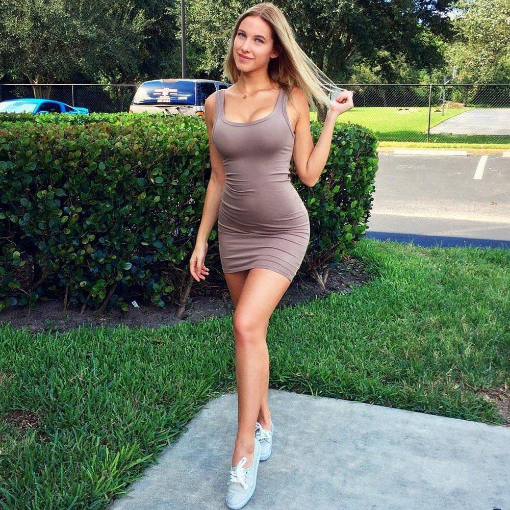 Jolie fille en baskets avec une robe moulante