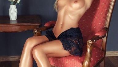jeune blonde pose seins nus