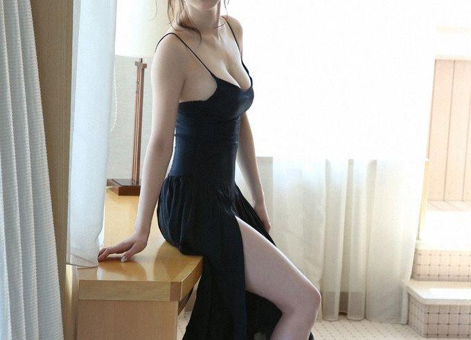 jeune et jolie asiatique en robe longue