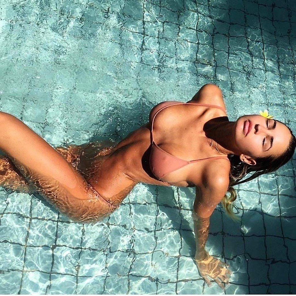 brunette en bikini dans la piscine