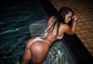brunette avec un beau cul a la piscine