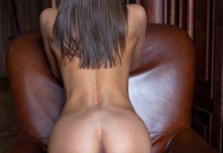 belle brune nue