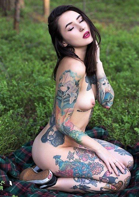 brunette tatouee nue